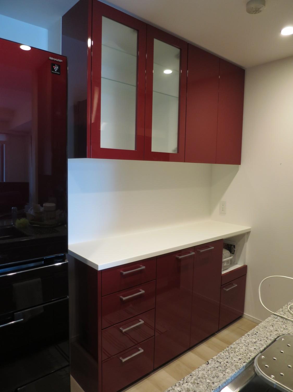赤色鏡面塗装で仕上げた個性的なオーダー食器棚|東京都新宿区・マンション