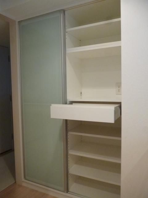 引き戸仕様のオーダー食器棚|施工事例|東京都港区
