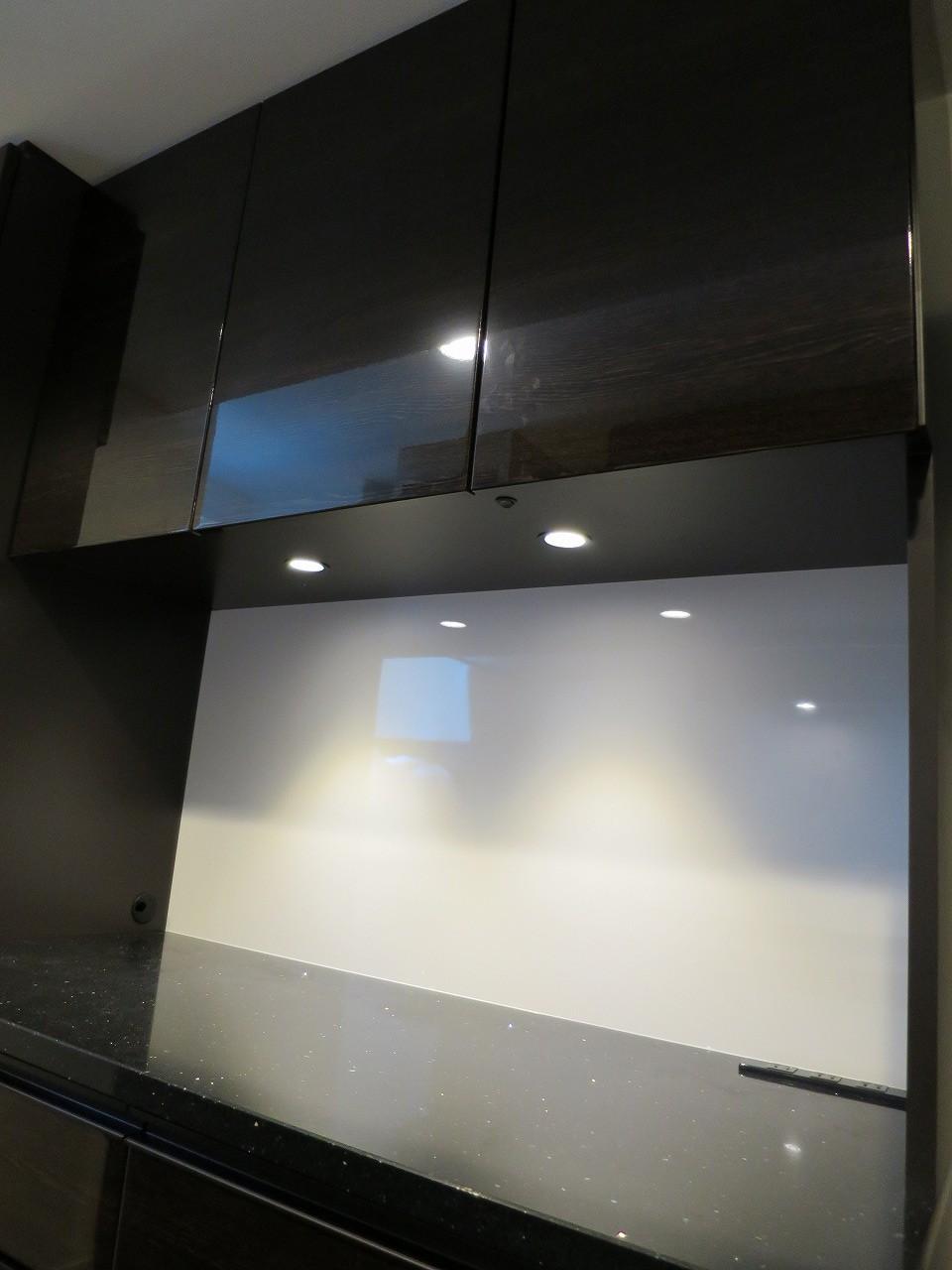 オーダー食器棚に間接照明を。お気に入りのキッチンをおしゃれに演出します。