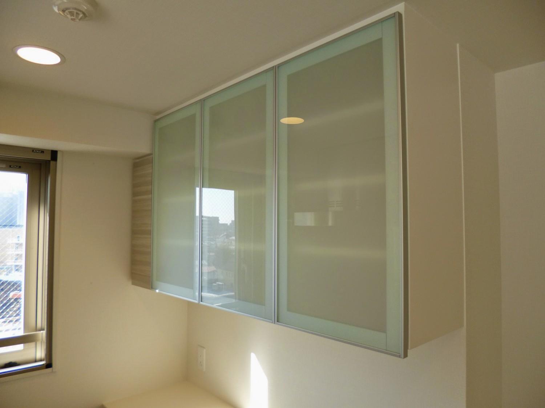 アルミフレームガラス扉の種類をご紹介!造作家具の食器棚・吊戸棚におすすめ!