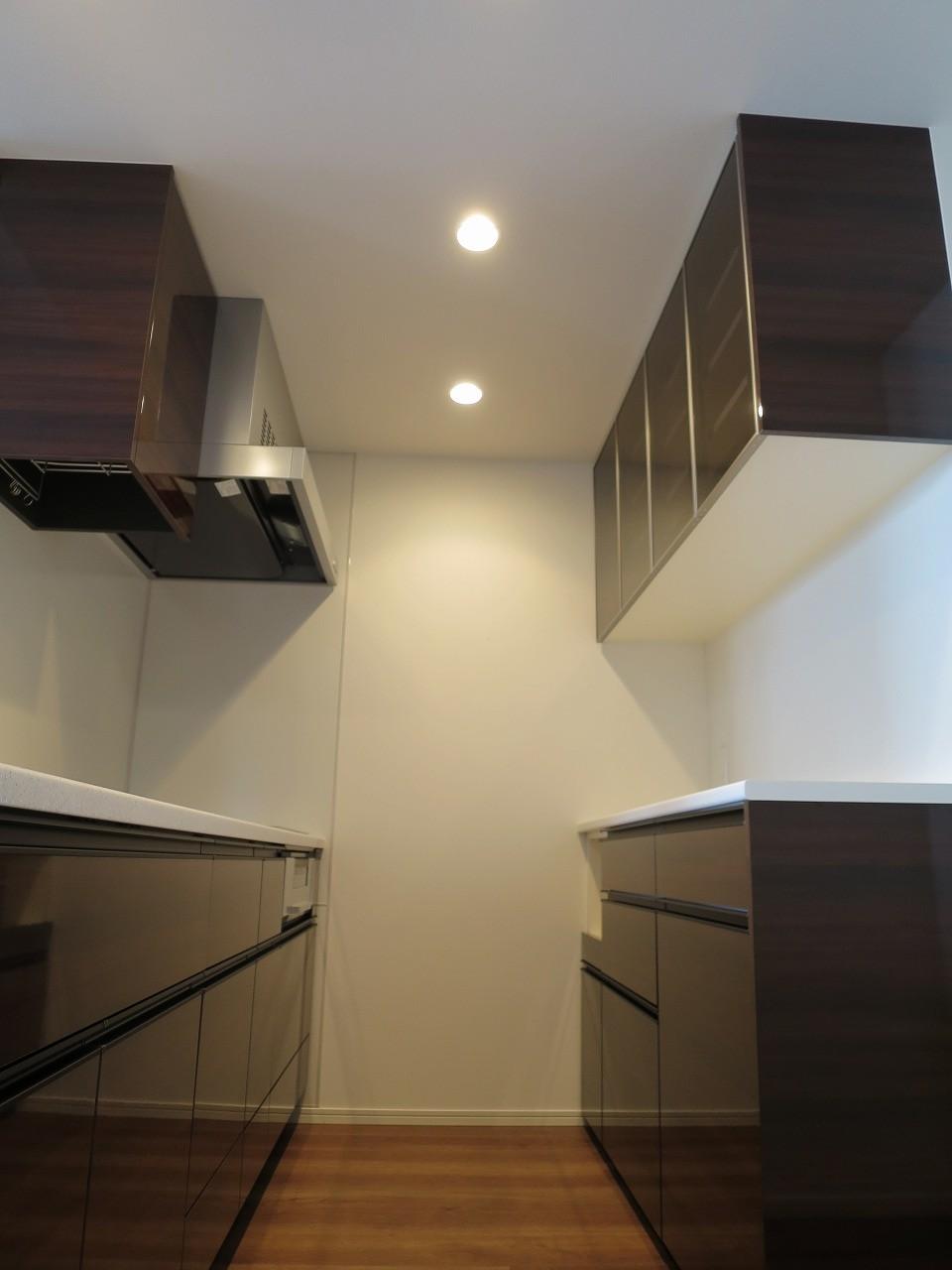 オーダー食器棚にサイドパネルは必要?施工画像で見た目を比較!