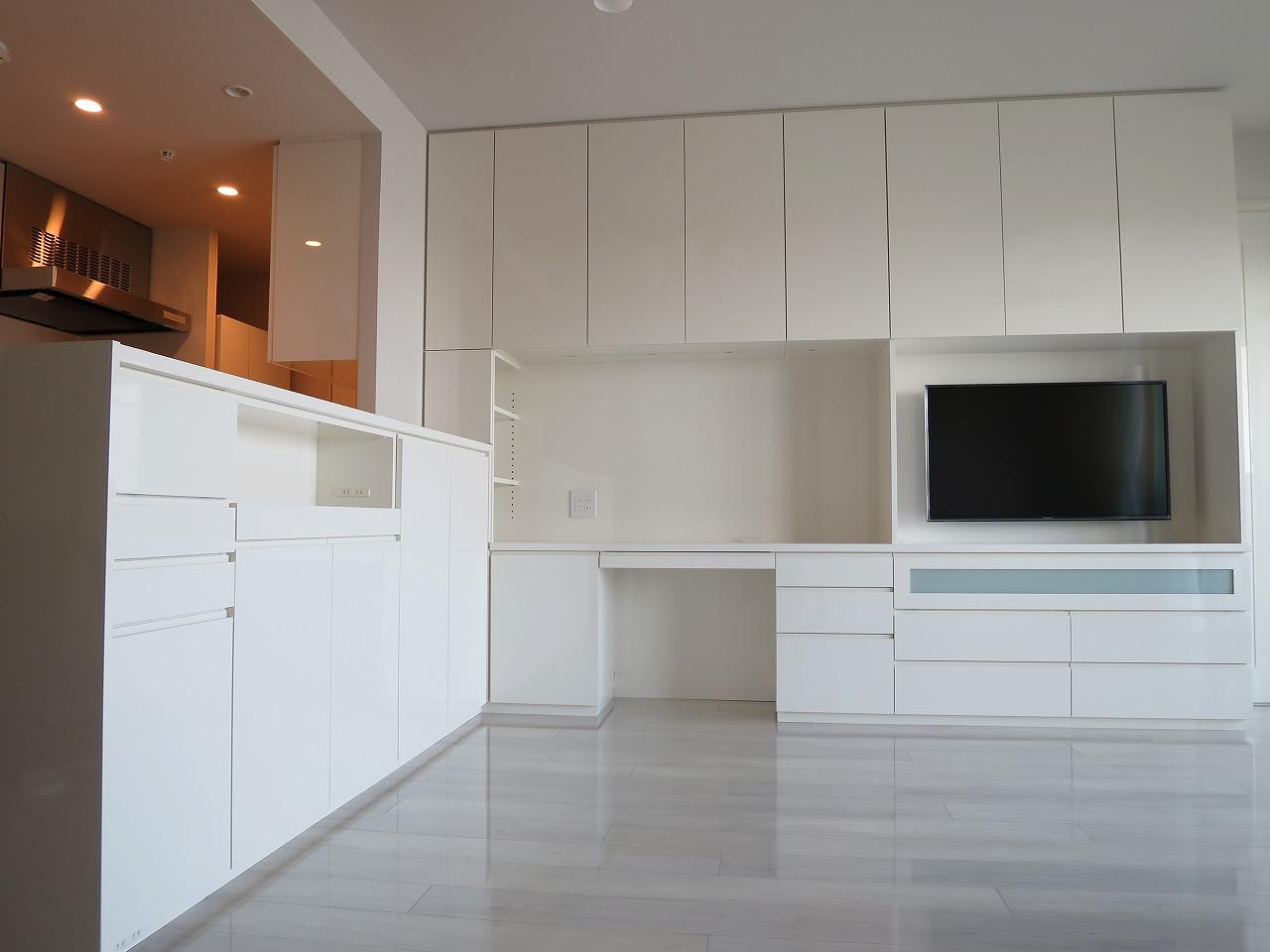 L型で繋がっている壁面収納&カウンター収納|白色鏡面仕上げ|東京都・江東区