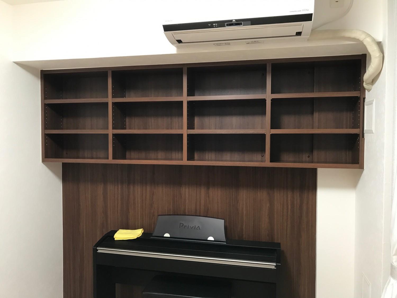 電子ピアノの上に吊戸棚式本棚を設置!空間を有効活用する事例のご紹介。